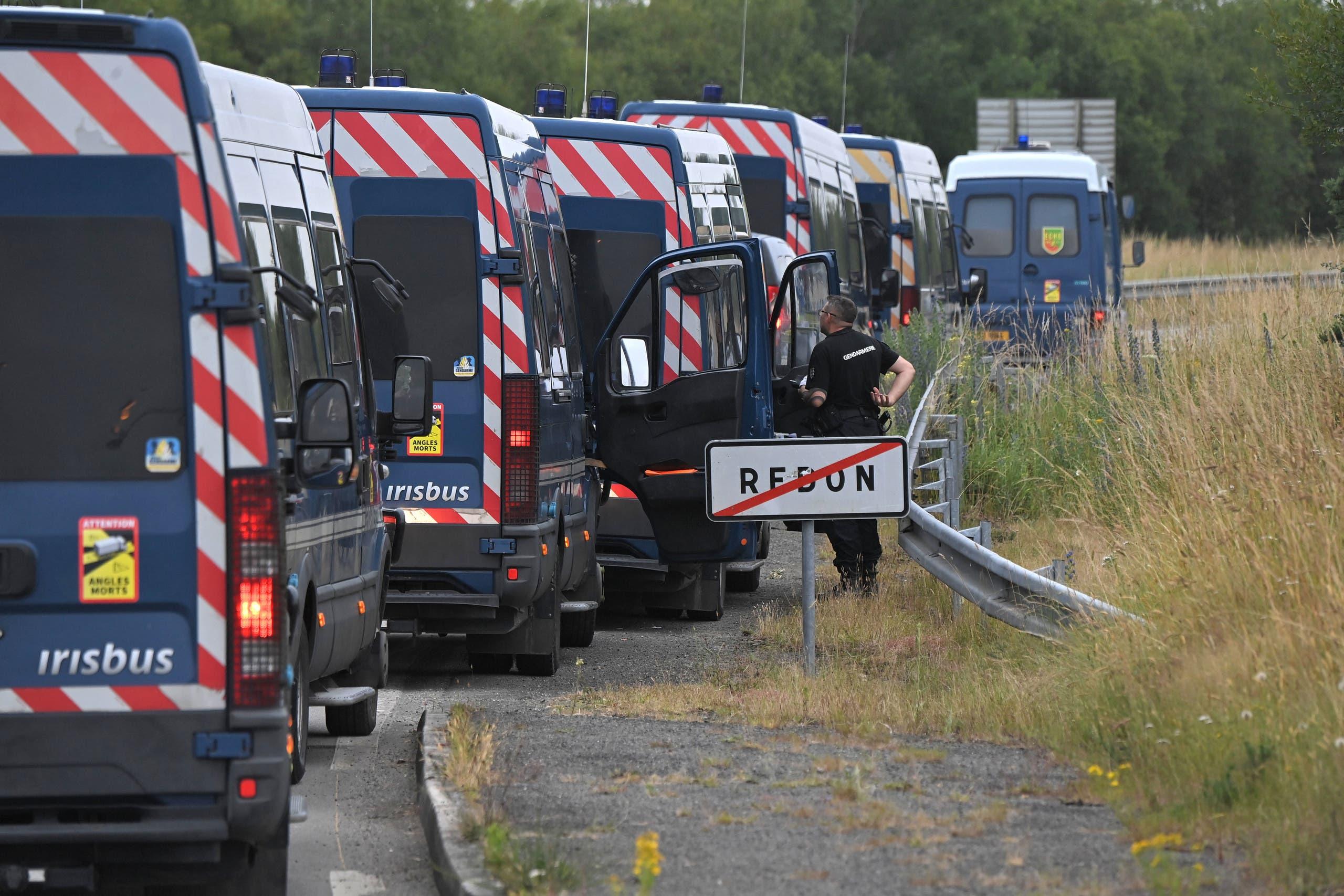 سيارات الشرطة في محيط الحفل