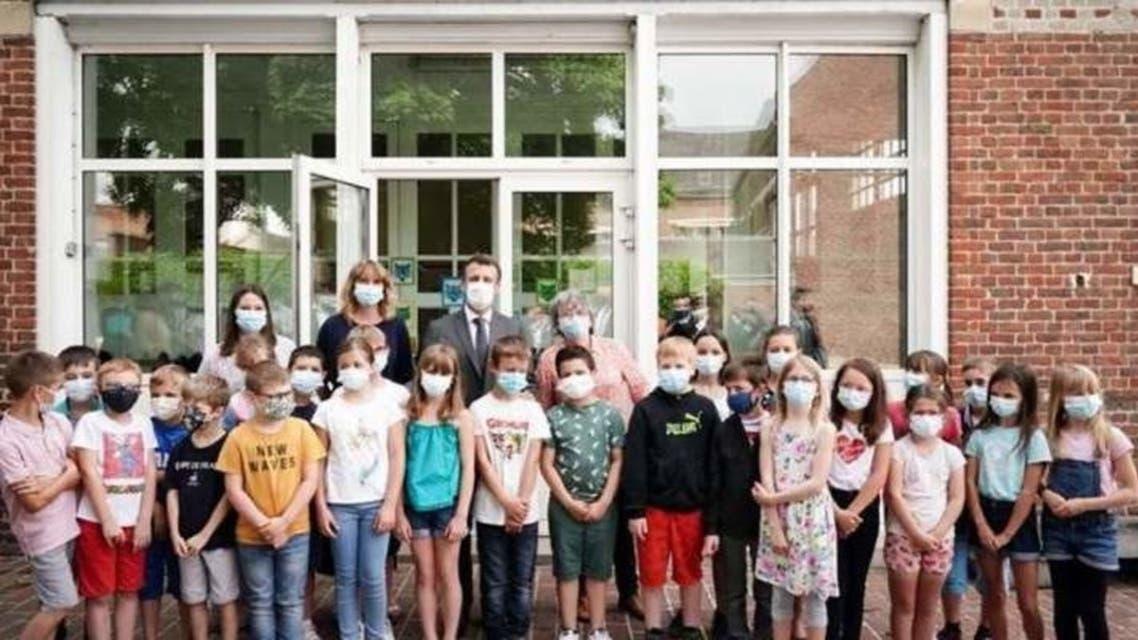 امانوئل مکرون در میان دانشآموزان یک مدرسه