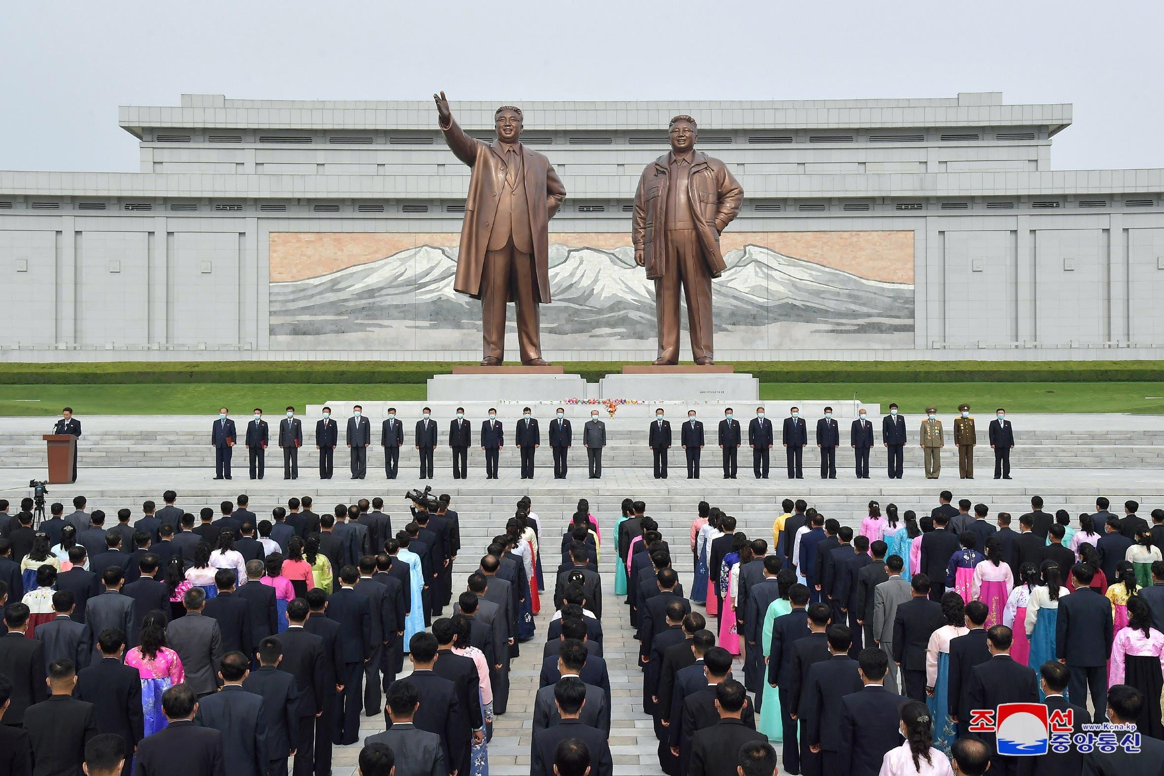 تمثالان لوالد كيم وجده في بيونغ يانغ (رويترز)