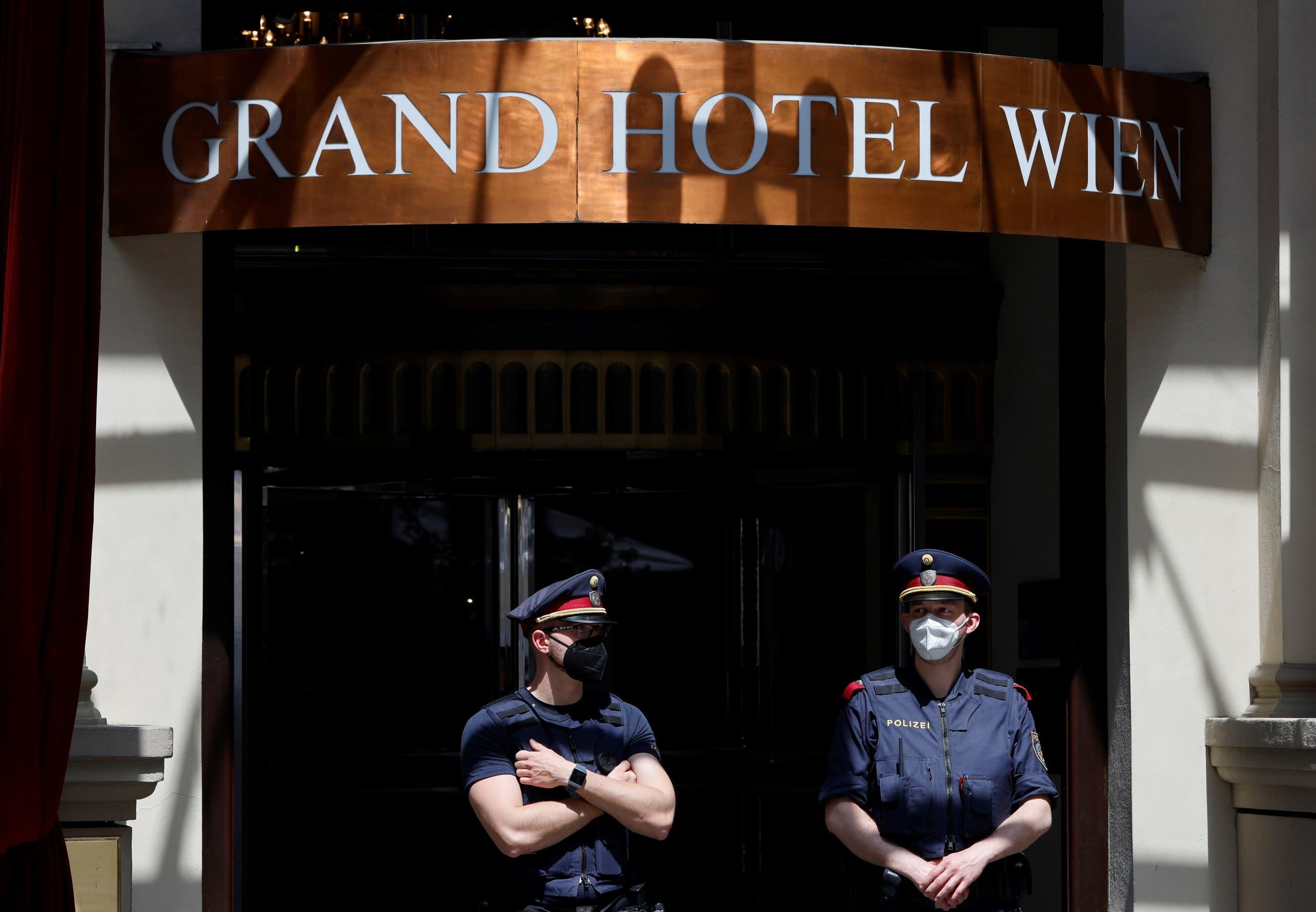 من أمام فندق غراند هيل حيث جرت مفاوضات فيينا حول الاتفاق النووي الإيراني (أرشيفية- رويترز)