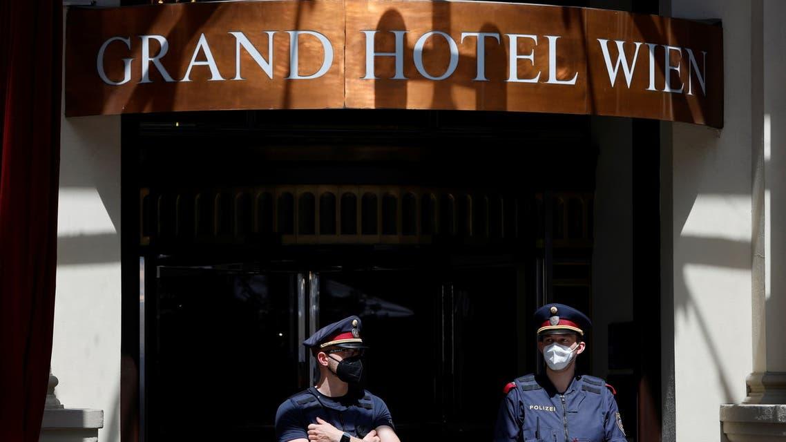 من أمام فندق غراند هزتيل حيث تجري مفاوضات فيينا حول الاتفاق النووي الإيراني (أرشيفية- رويترز)