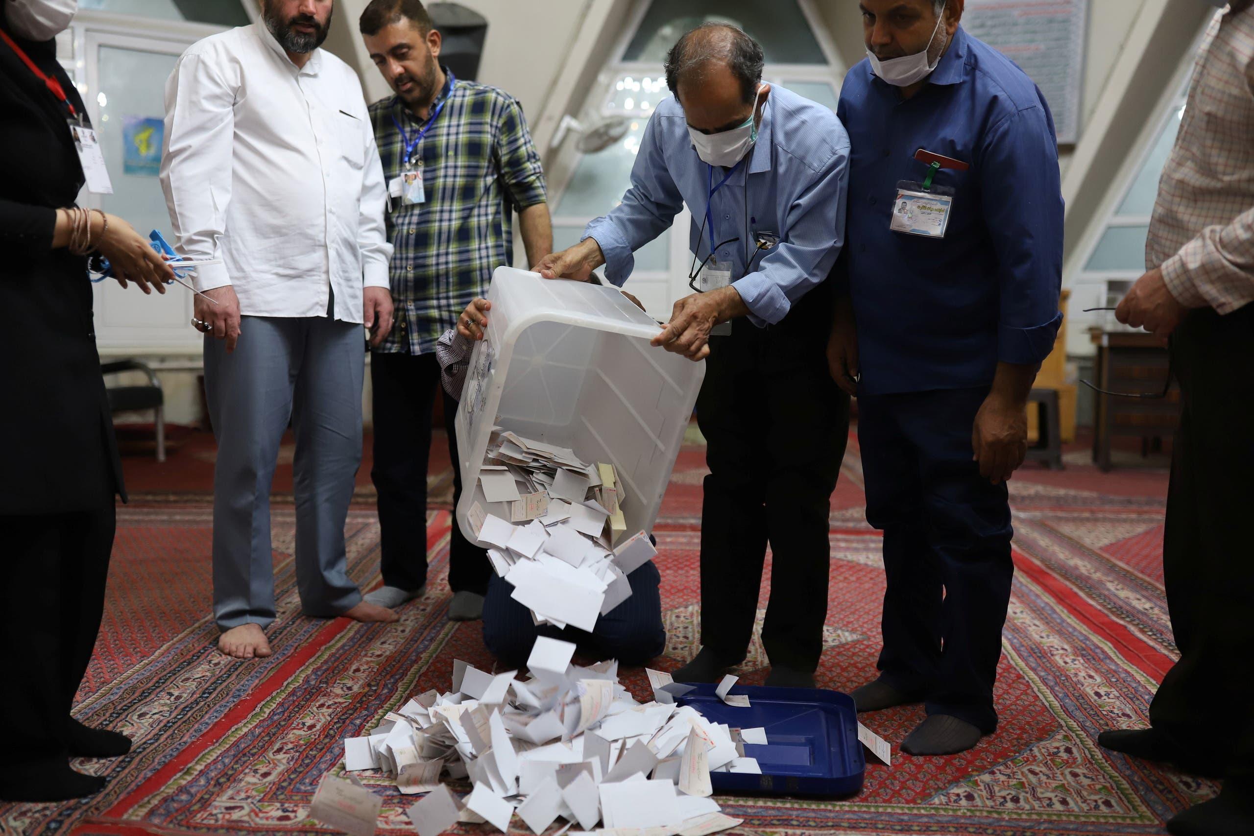فرز الأصوات في الانتخابات الإيرانية (رويترز)