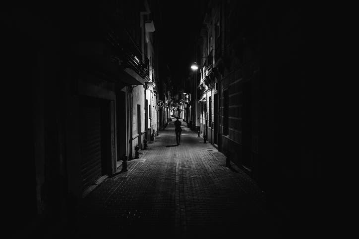 سر الخوف من الظلام .. العلماء يكشفون السبب!