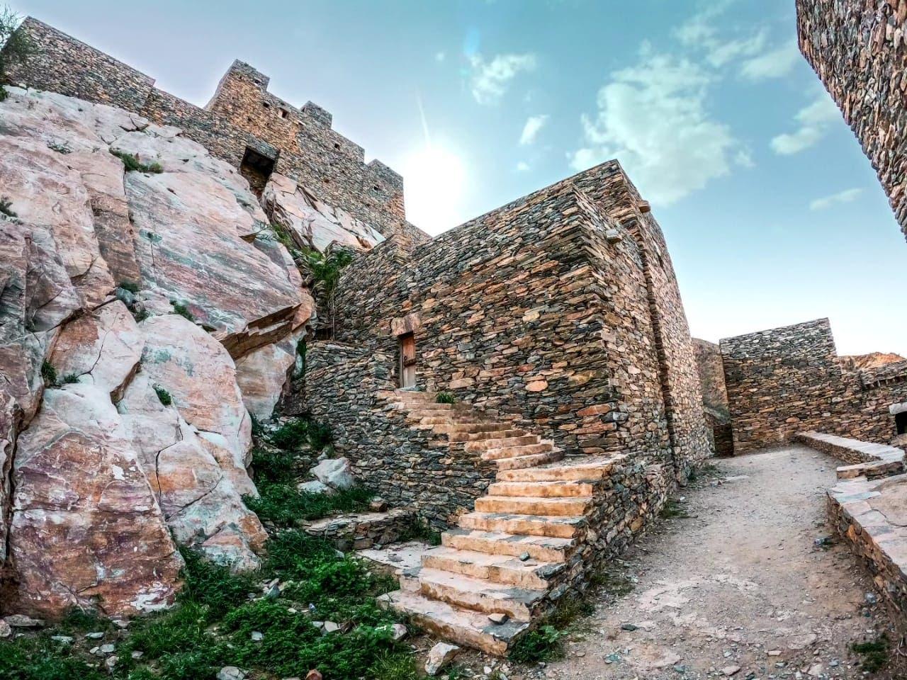 المباني الأثرية في قرية ذي عين 1