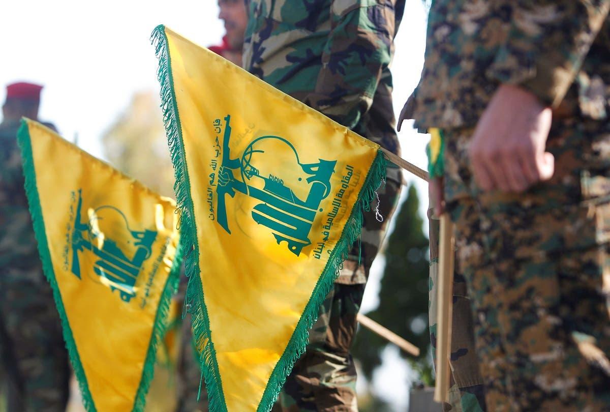 عناصر من حزب الله اللبناني يحملون علمه في جنوب لبنان (أرشيفية)