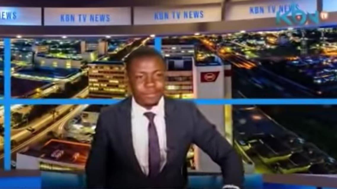 المذيع كابيندا كاليمينا خلال نشرة قناة «KBN» الإخبارية