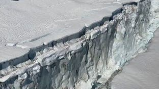 كما لم تره من قبل.. شاهد جبلاً جليدياً ينشق في ألاسكا