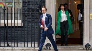 بعد صورة القبلة وفضيحة العناق بمكتبه.. وزير بريطاني يعتذر