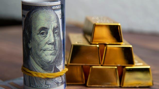 التضخم وضعف الدولار يضعان الذهب على مسار العودة إلى المكاسب الأسبوعية