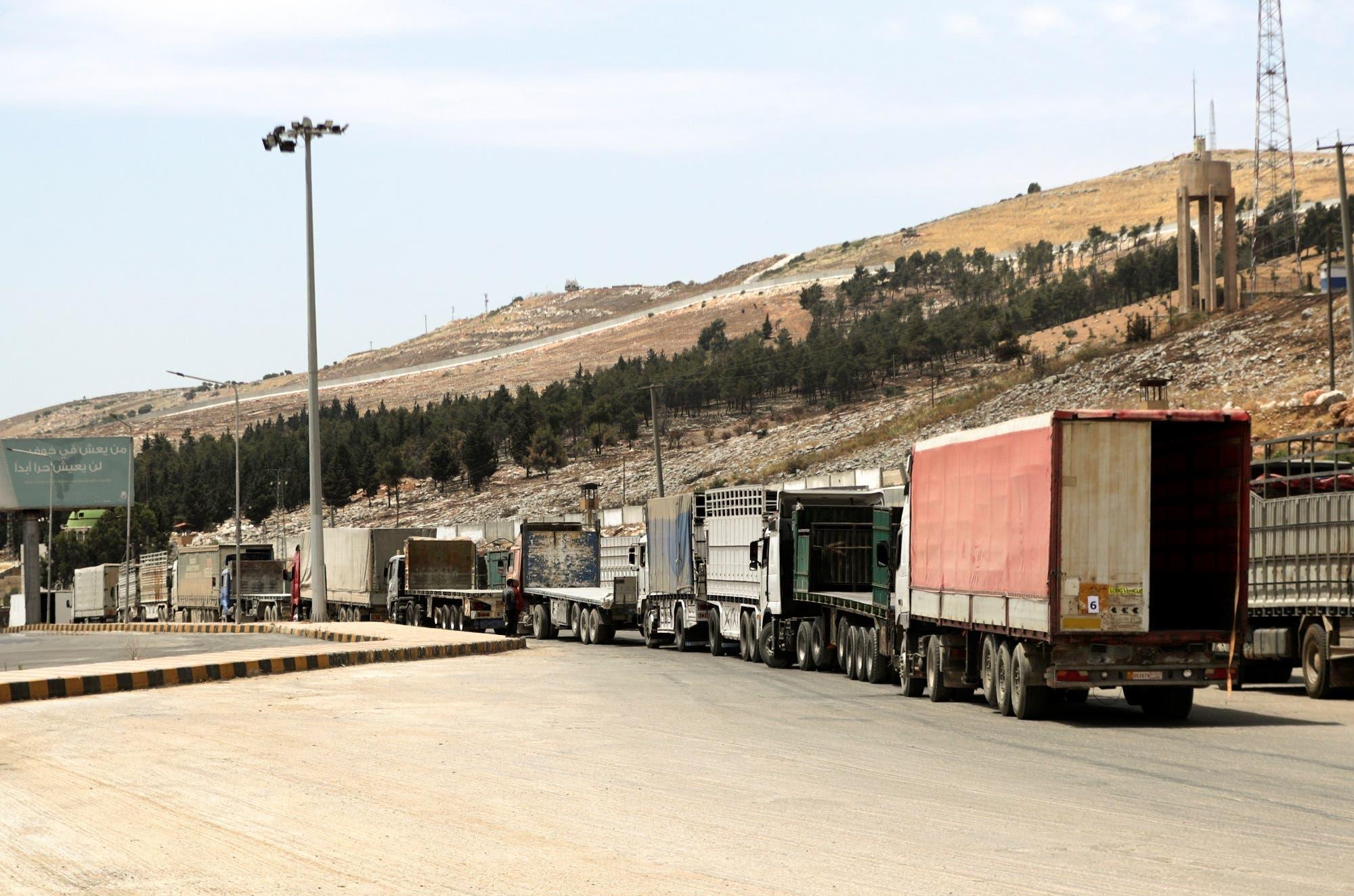 شاحنات تنتظر عند معبر باب الهوى على الحدود السورية التركية بمحافظة إدلب (أرشيفية من رويترز)