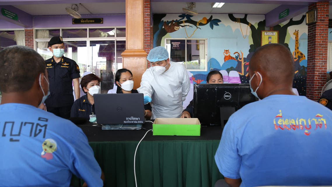 Inmates look on duriung a vaccine for COVID-19 in Thailand. (File photo: AFP)