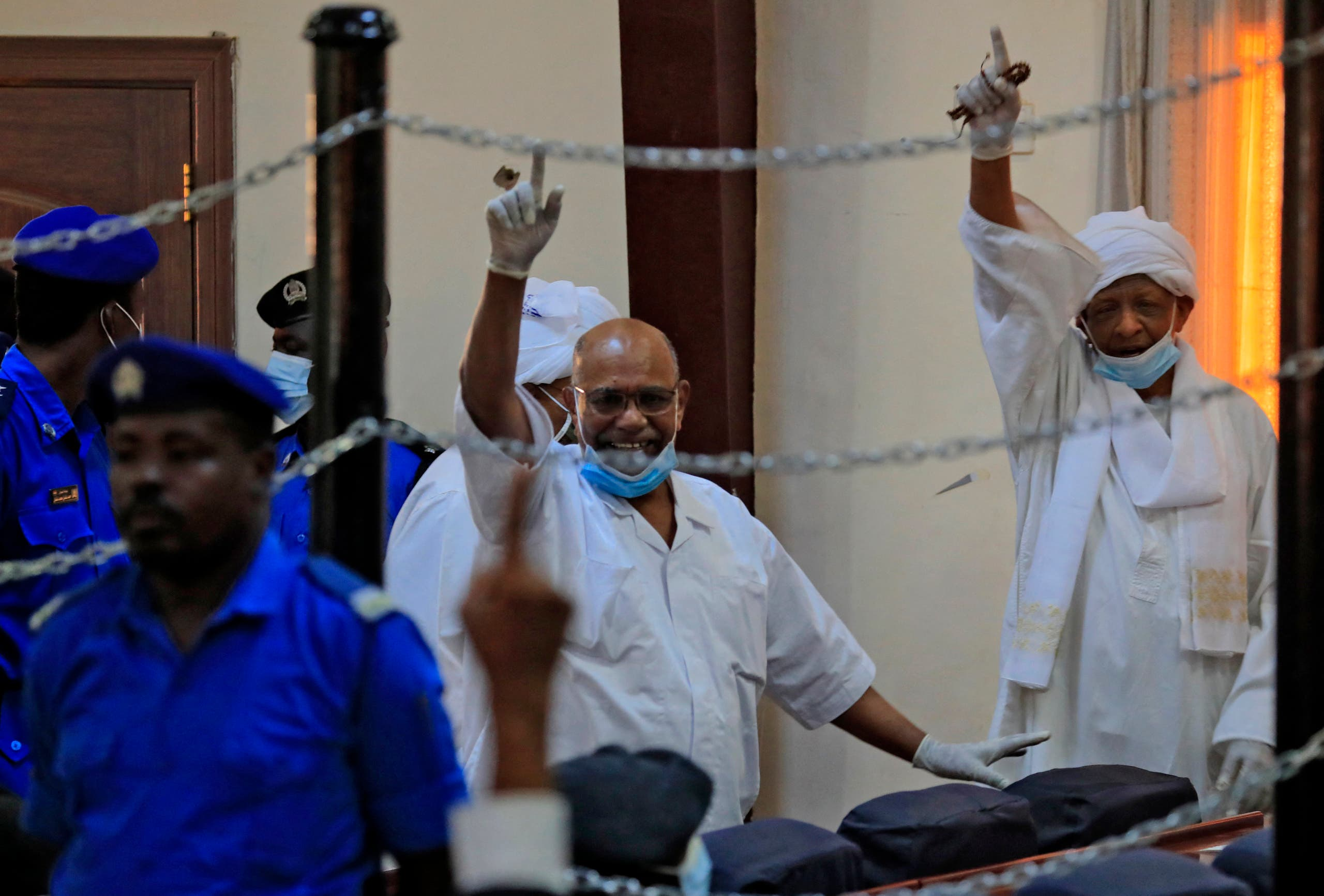 عمر البشير مع عدد من رفاقه خلال المحاكمة (أرشيفية- فرانس برس)