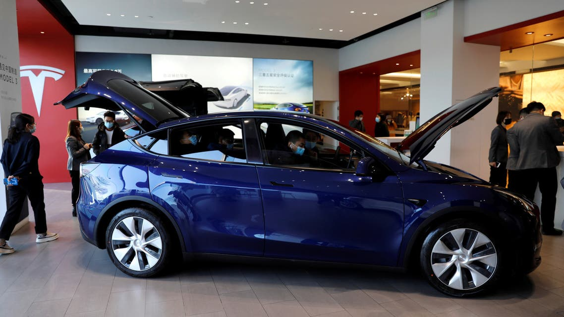 isitors wearing face masks check a China-made Tesla Model Y sport utility vehicle (SUV) at the electric vehicle maker's showroom in Beijing, China January 5, 2021. (File photo: Reuters)