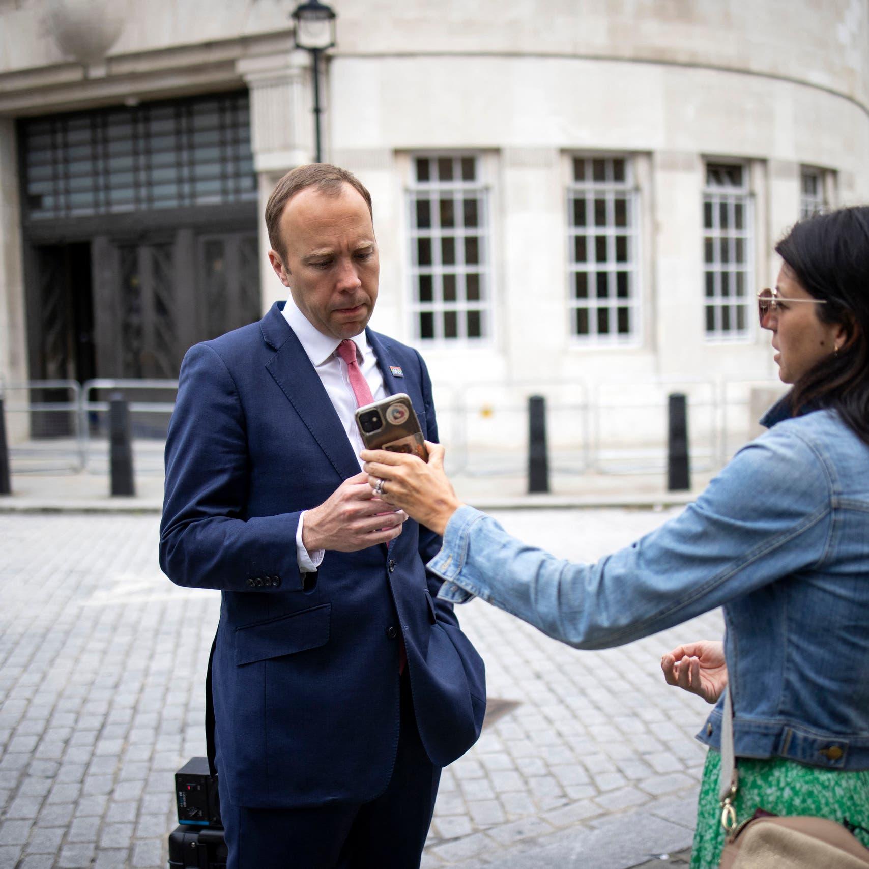 صور وفيديو للفضيحة.. من وضع كاميرا بمكتب وزير بريطانيا؟
