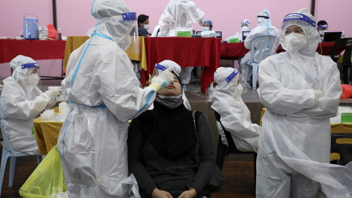 A medical worker collects a swab sample from a woman to be tested for the coronavirus disease (COVID-19) in Cyberjaya, Malaysia, June 2, 2021. (File Photo: Reuters)