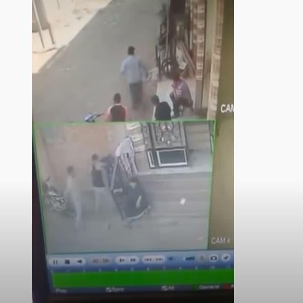 فيديو مؤلم.. شابان سحلا سيدة مصرية لخلافات مع جارتها!