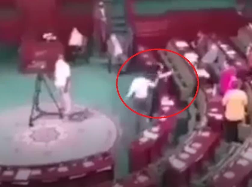 لحظة الاعتداء على عبير موسي داخل البرلمان