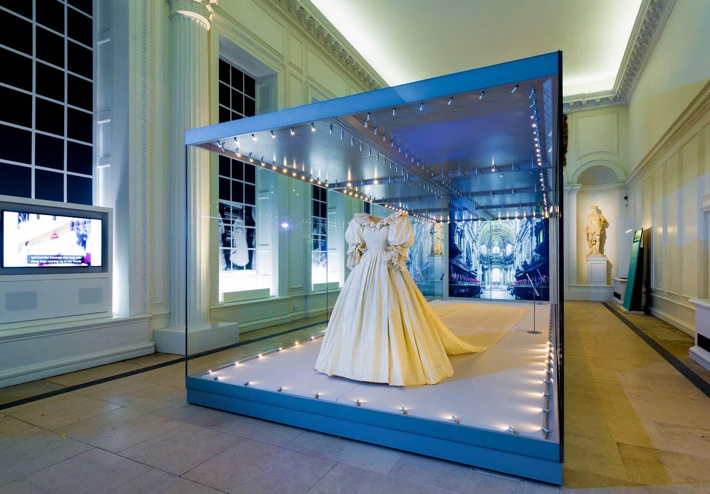 ثوب زفاف ديانا كما يبدو معروضاً في قصر كنسينغتون