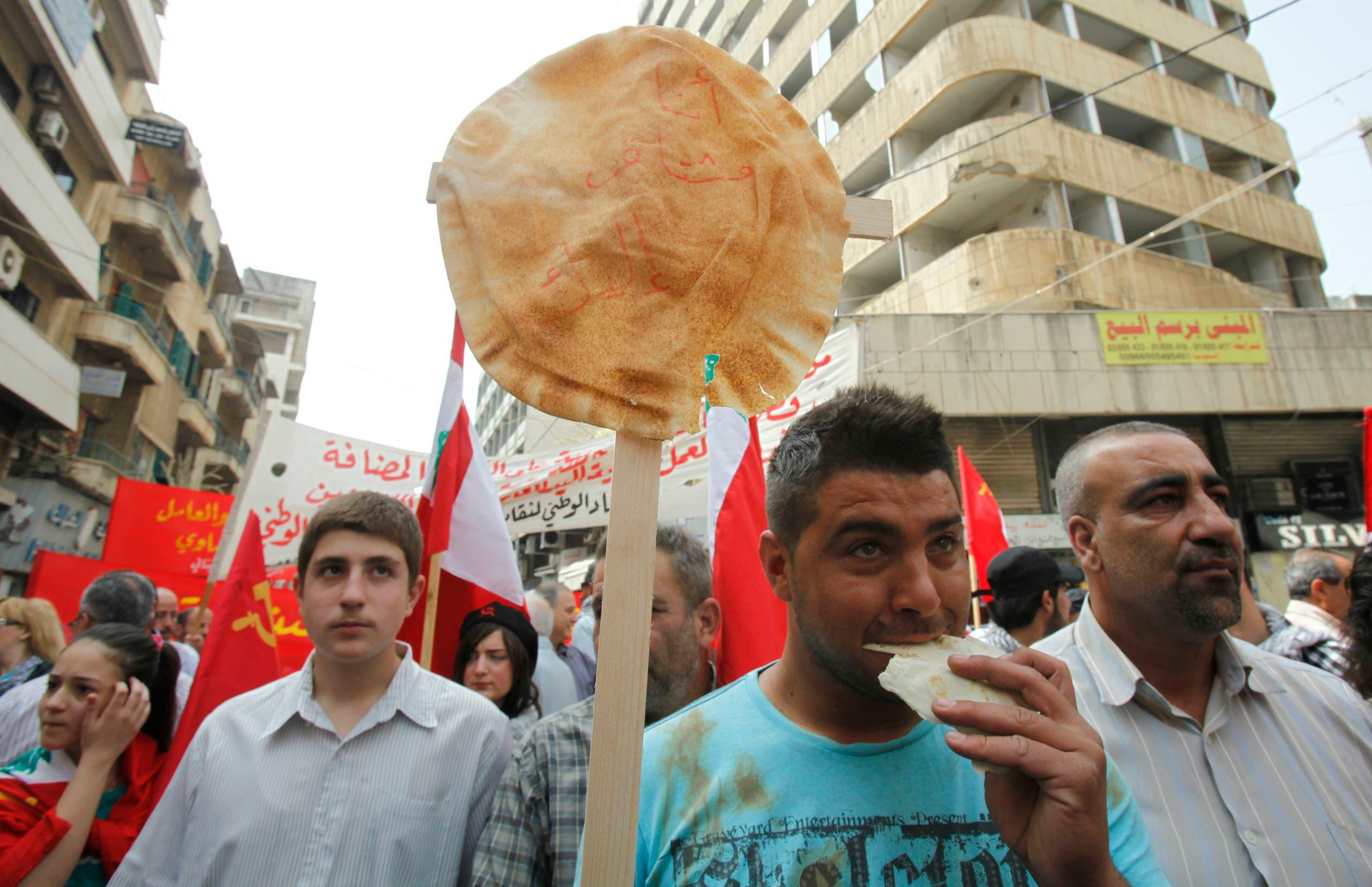 لبناني يتظاهر حاملا رغيف خبر للتنديد بالأزمة المعيشية