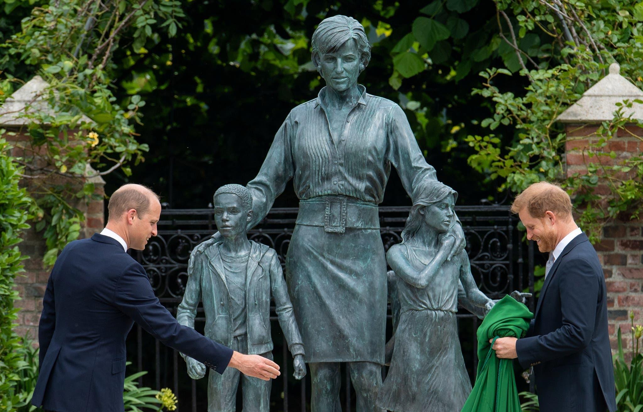 الأميران وليام وهاري خلال تدشين تمثال الأميرة ديانا