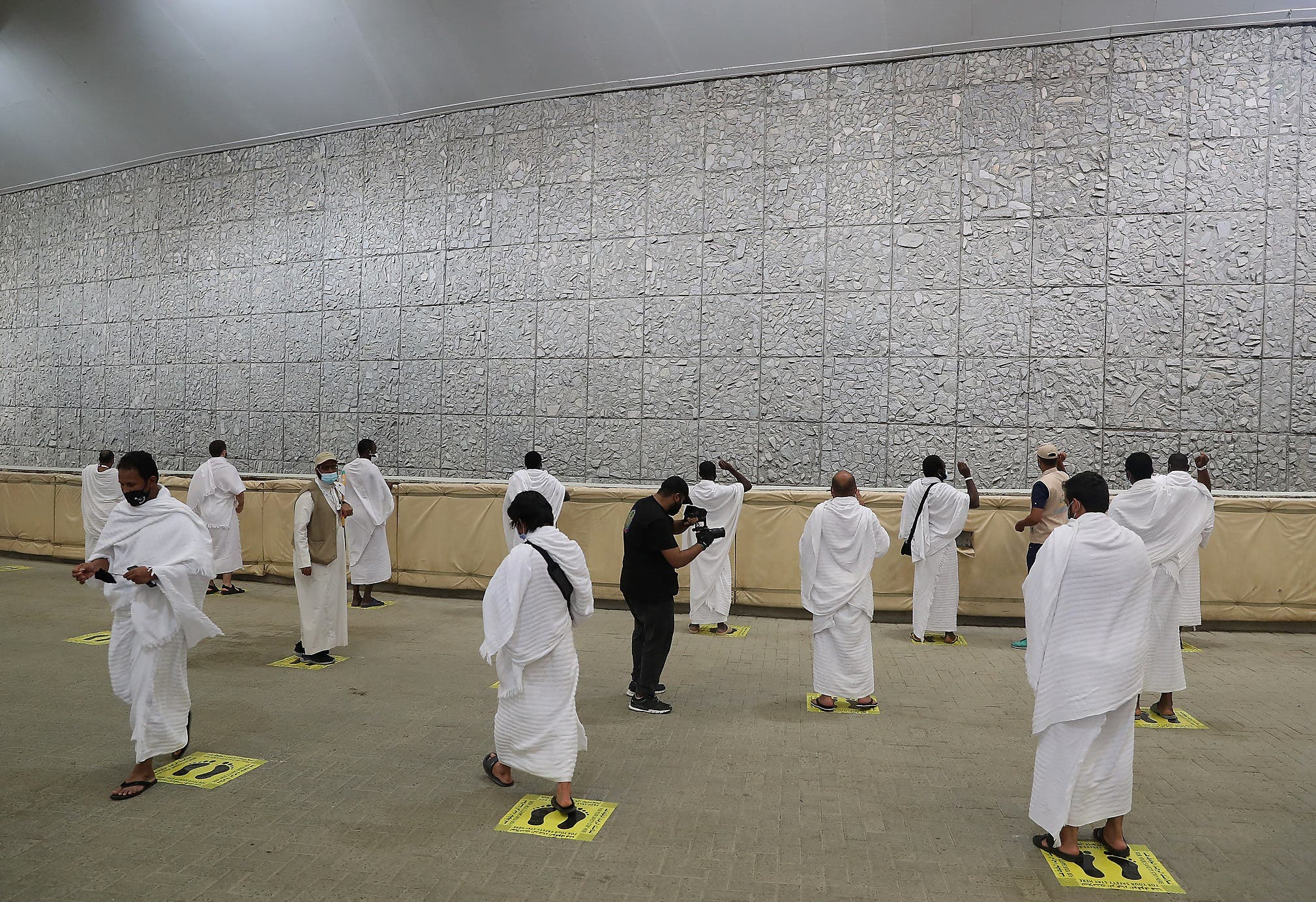 A picture taken on July 31, 2020 shows Muslim worshippers throwing pebbles as part of the symbolic al-A'qabah (stoning of the devil ritual) at the Jamarat Bridge during the Hajj pilgrimage in Mina, near Saudi Arabia's holy city of Mecca. (File photo: AFP)