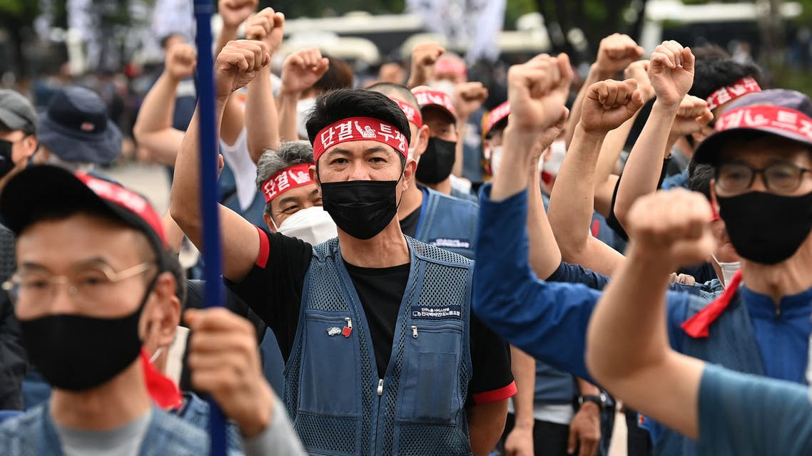 Thousands of parcel delivery workers shout slogans during a rally calling for improvement of working conditions in Seoul on June 15, 2021, as the delivery workers' union launched a general strike last week to call for implementation of an agreement on preventing overwork. (File photo: AFP)