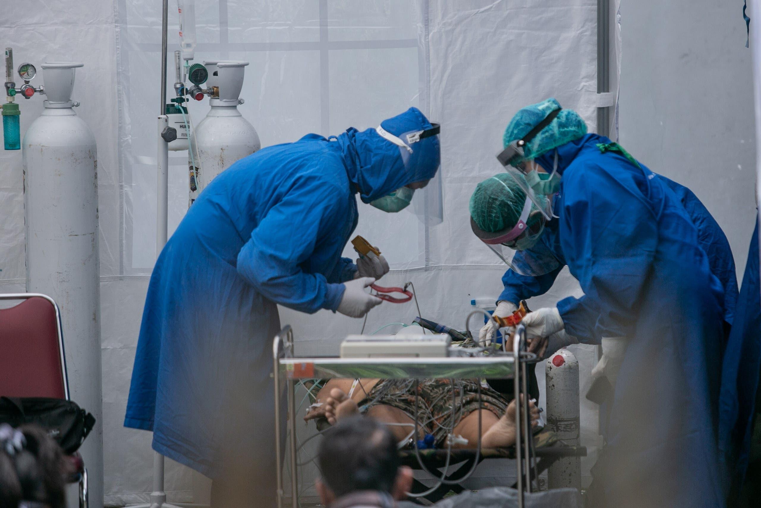 مرضى كورونا في إندونيسيا (رويترز)