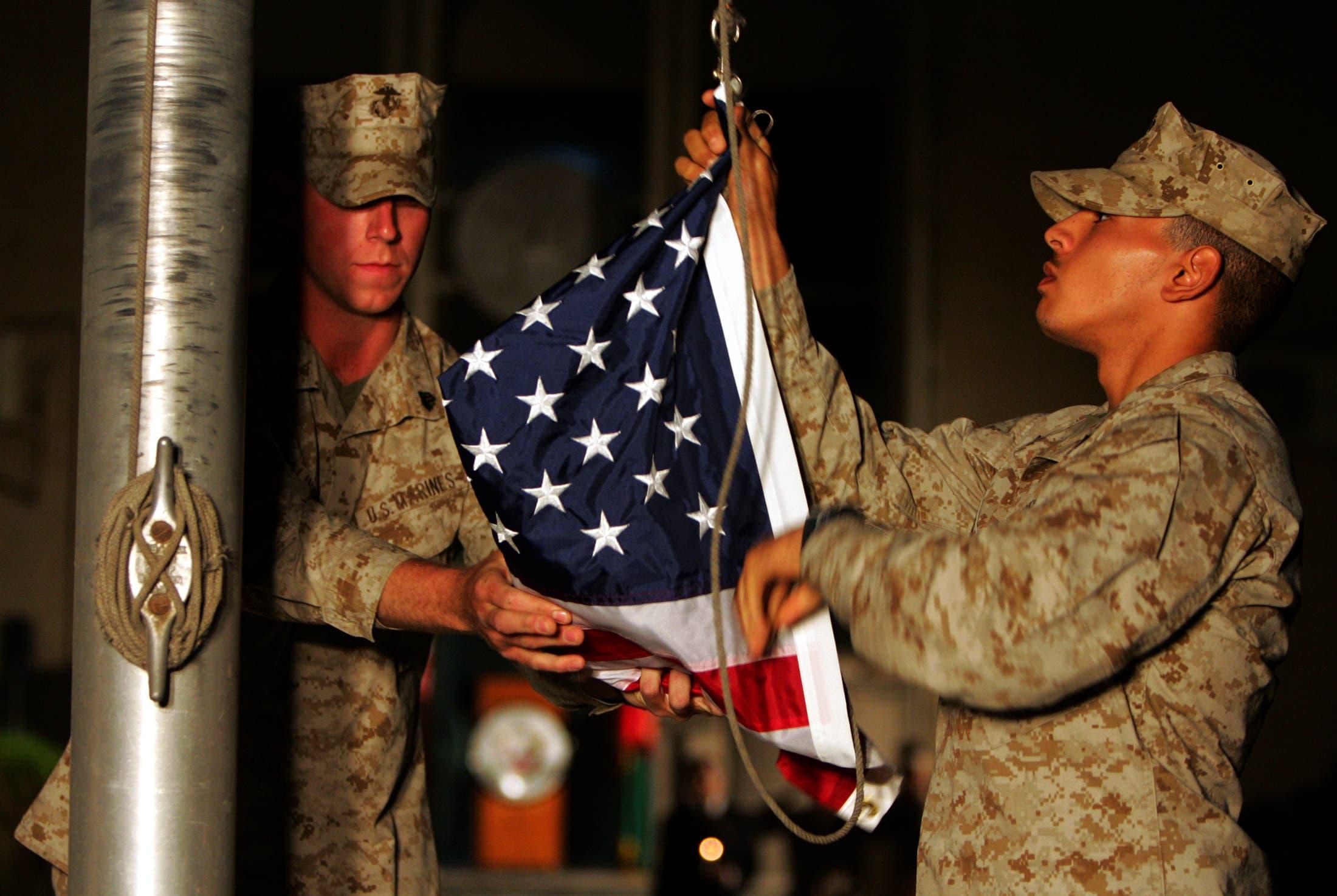 جنود يرفعون العلم الأميركي (أرشيفية - رويترز)