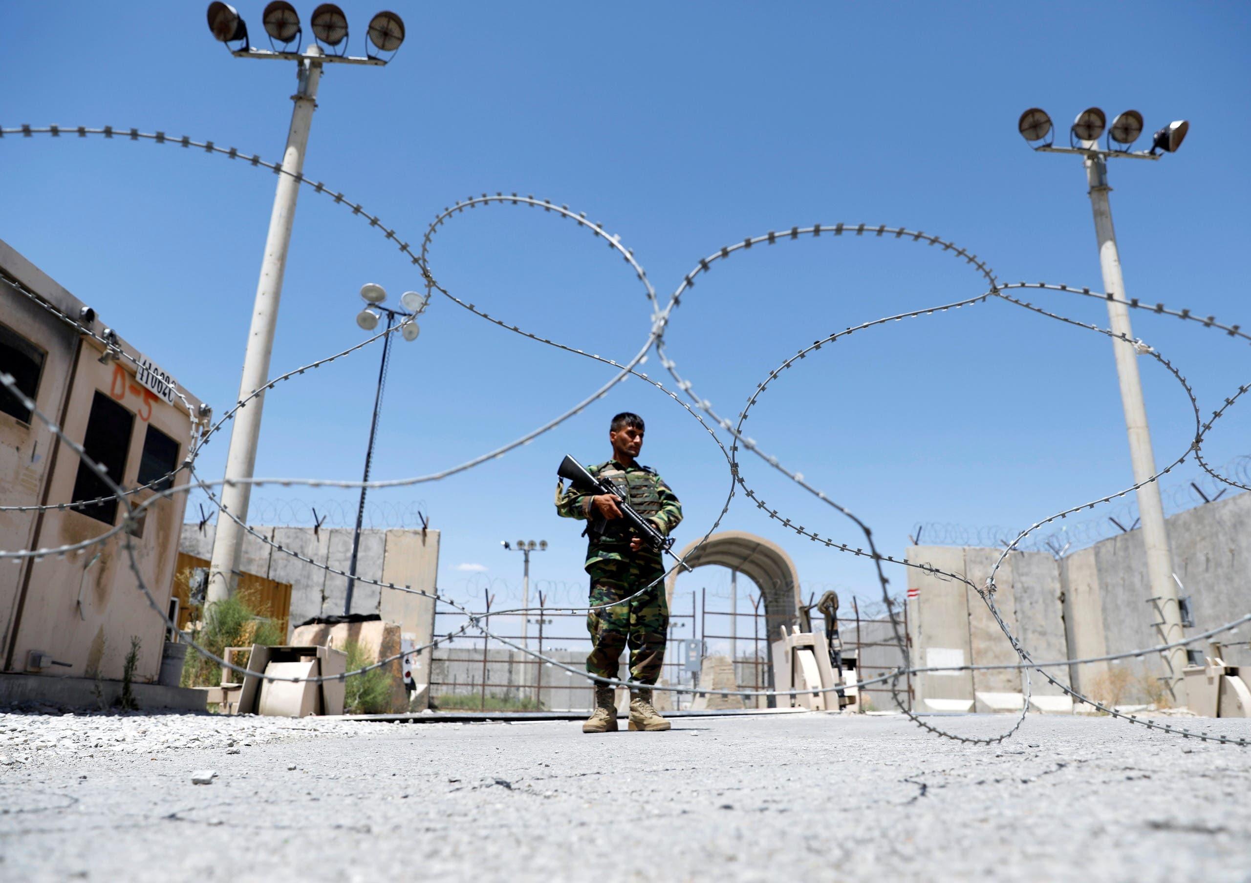 جندي أفغاني أمام قاعدة باغرام (رويترز)