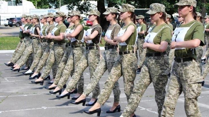 یوکرائن: اونچی ایڑی پہن کر فوجی پریڈ کرنے والی خواتین پر تنقید