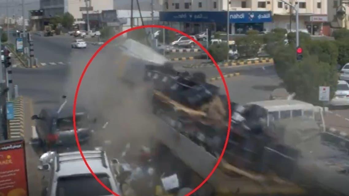 الشاحنة خلال سحقها السيارات