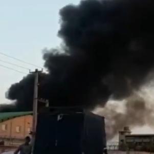 حريق ضخم في مصنع غربي طهران.. ودخان كثيف يغطي المكان