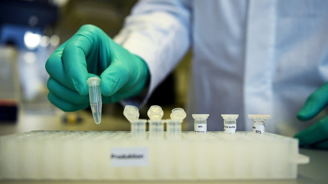 An employee of German biopharmaceutical company CureVac, demonstrates research workflow on a vaccine for the coronavirus (COVID-19) disease at a laboratory in Tuebingen, Germany, March 12, 2020. (File Photo: Reuters)