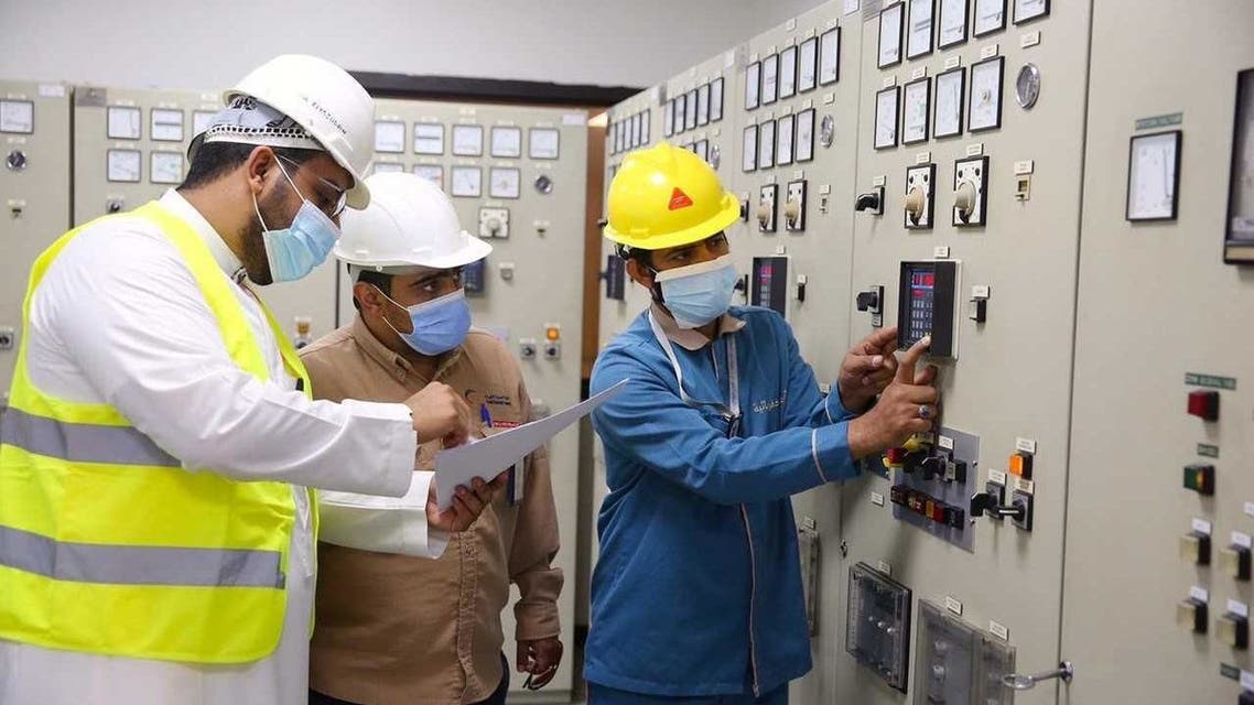 فريق فني متخصص لإدارة الكهرباء في الحرم