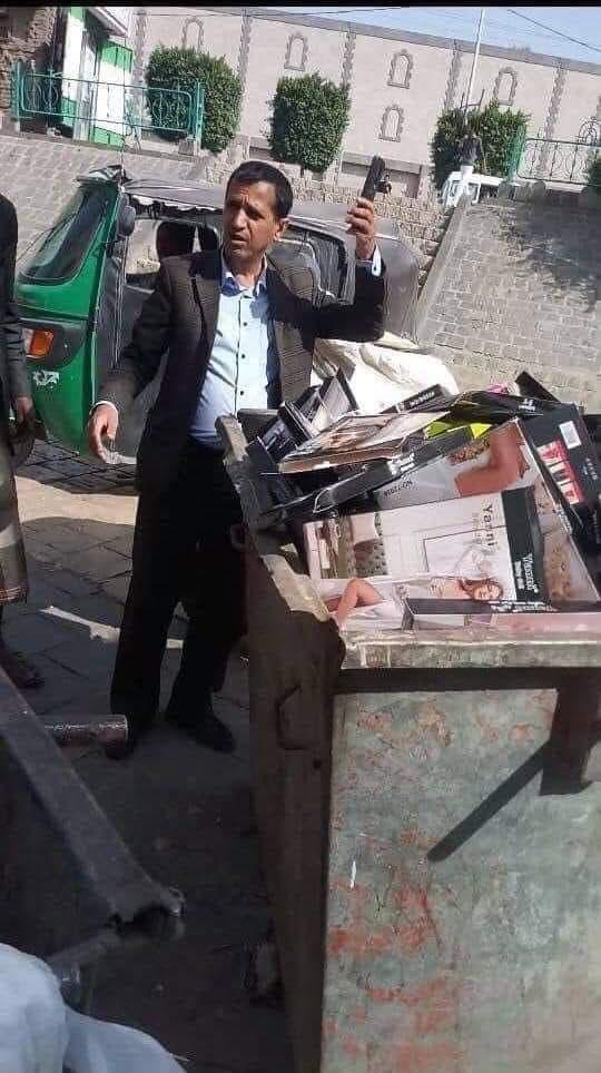 قيادي حوثي متفاخرا بمصادرة الملابس النسائية الداخلية