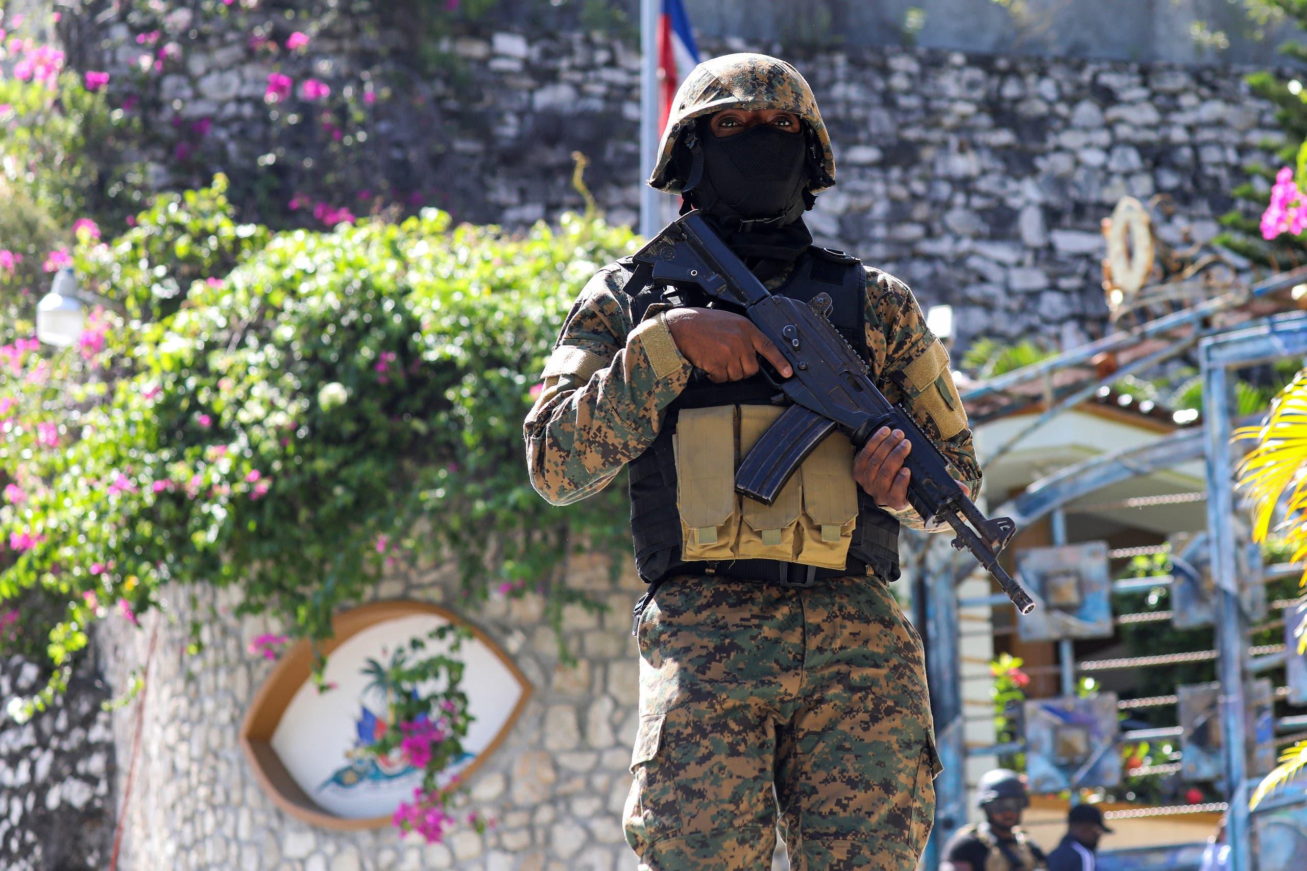 شرطي يحرس المقر الرئاسي حيث قُتل رئيس هايتي