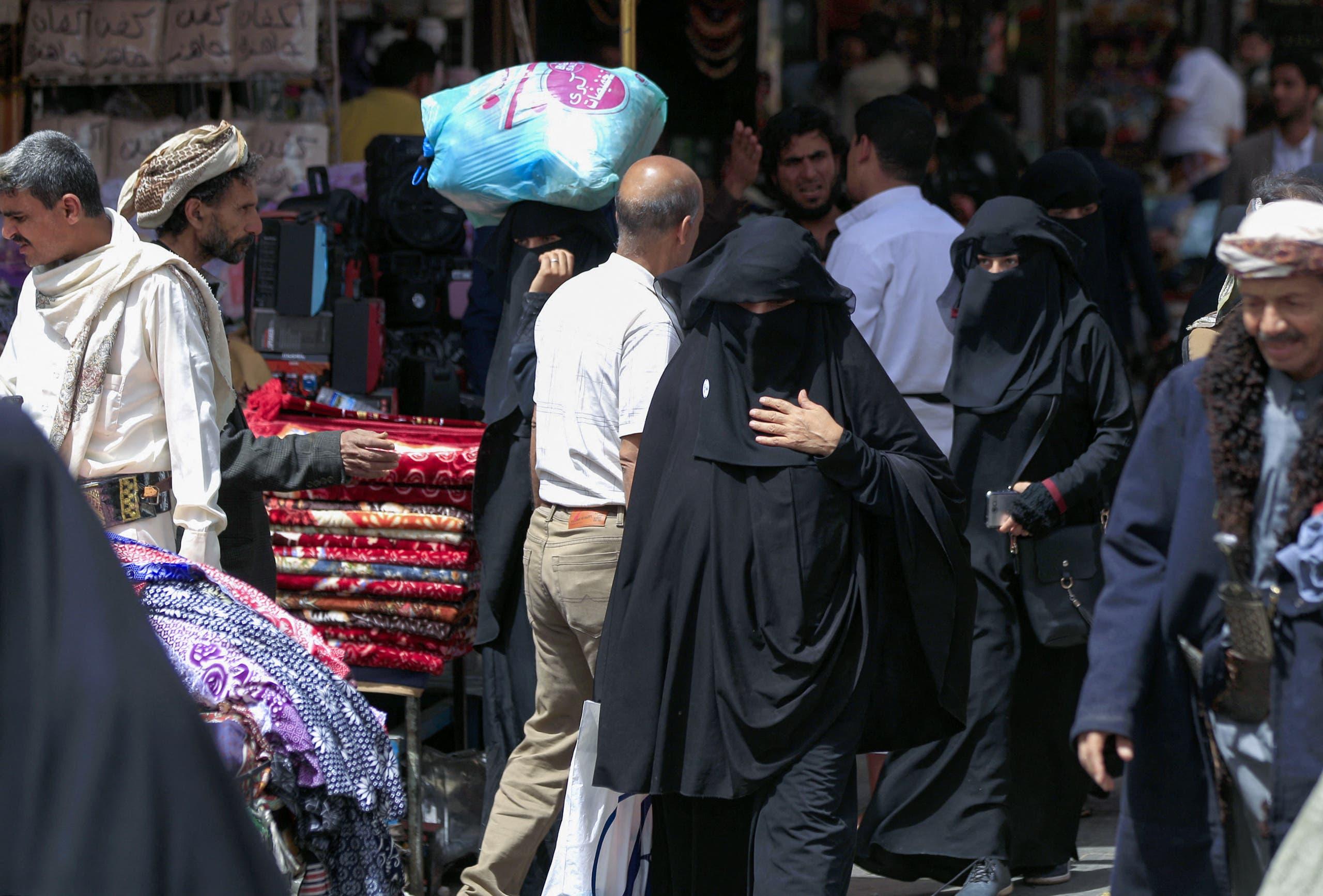 سيدات في أحد أسواق صنعاء (أرشيفية)