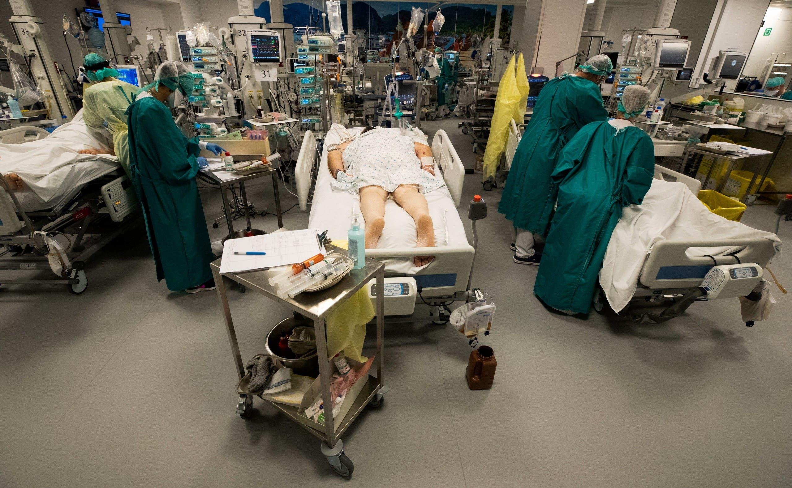 مصابون بكورونا في غرفة عنياة مركزة بأحد مستشفيات بلجيكا (أرشيفية)