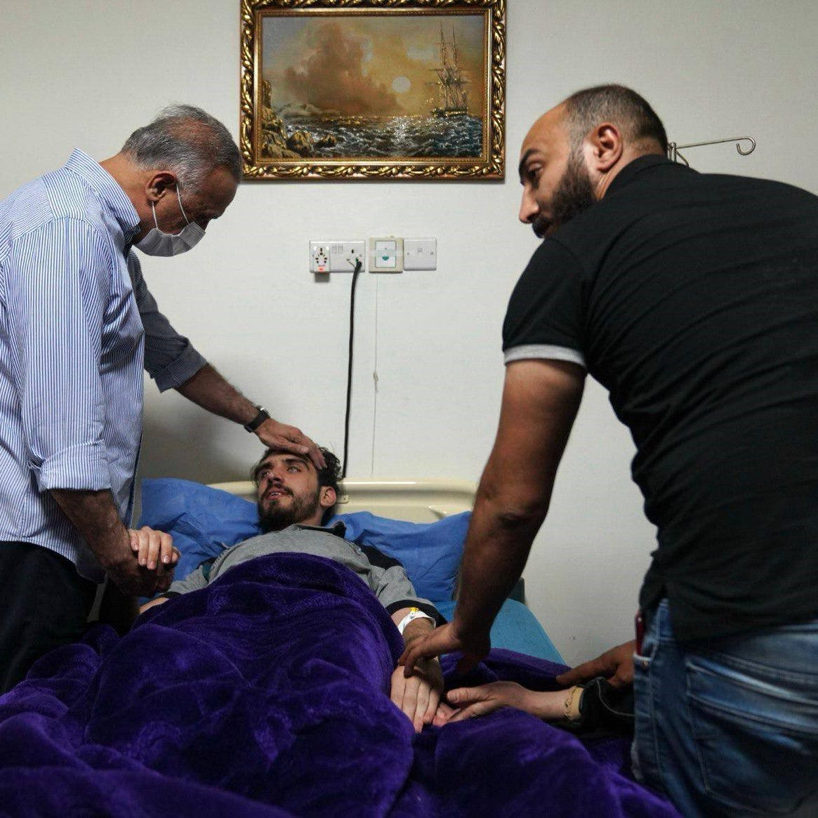عقب تحريره.. صور للكاظمي يزور ناشطاً عراقياً بالمستشفى