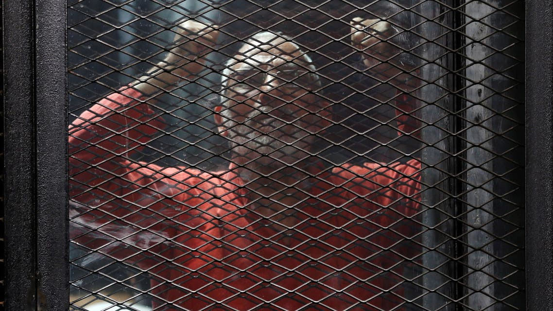 Muslim Brotherhood's leader Mohamed Badie shouts solgans against the Interior Ministery behind bars during the trial of 738 brotherhood members for their armed sit-in at Rabaa square, at a court on the outskirts of Cairo, Egypt May 31, 2016. (Reuters)