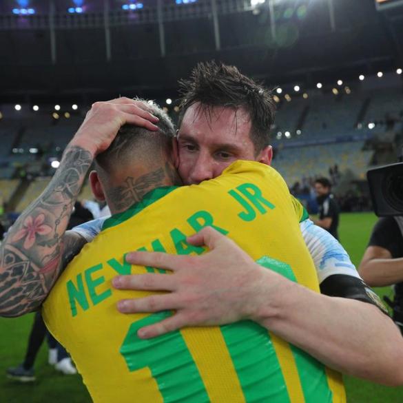 شاهد ميسي يجفف دموع نيمار بعد هزيمة المنتخب البرازيلي