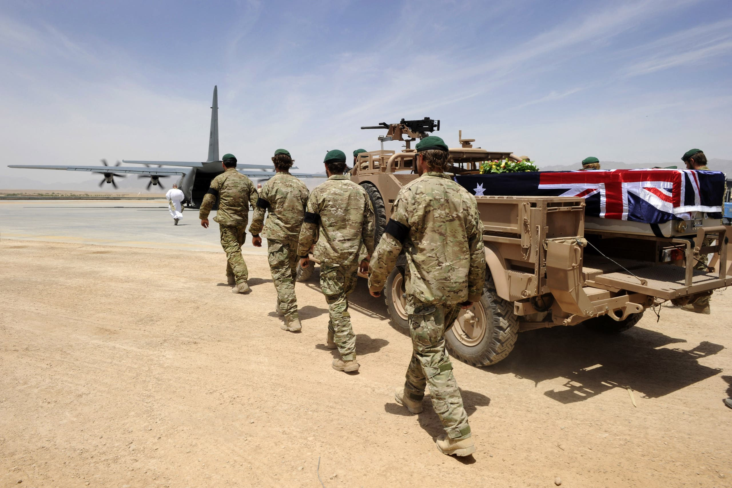 جنود أستراليون في أفغانستان يودعون رفيق لهم توفي في 2011