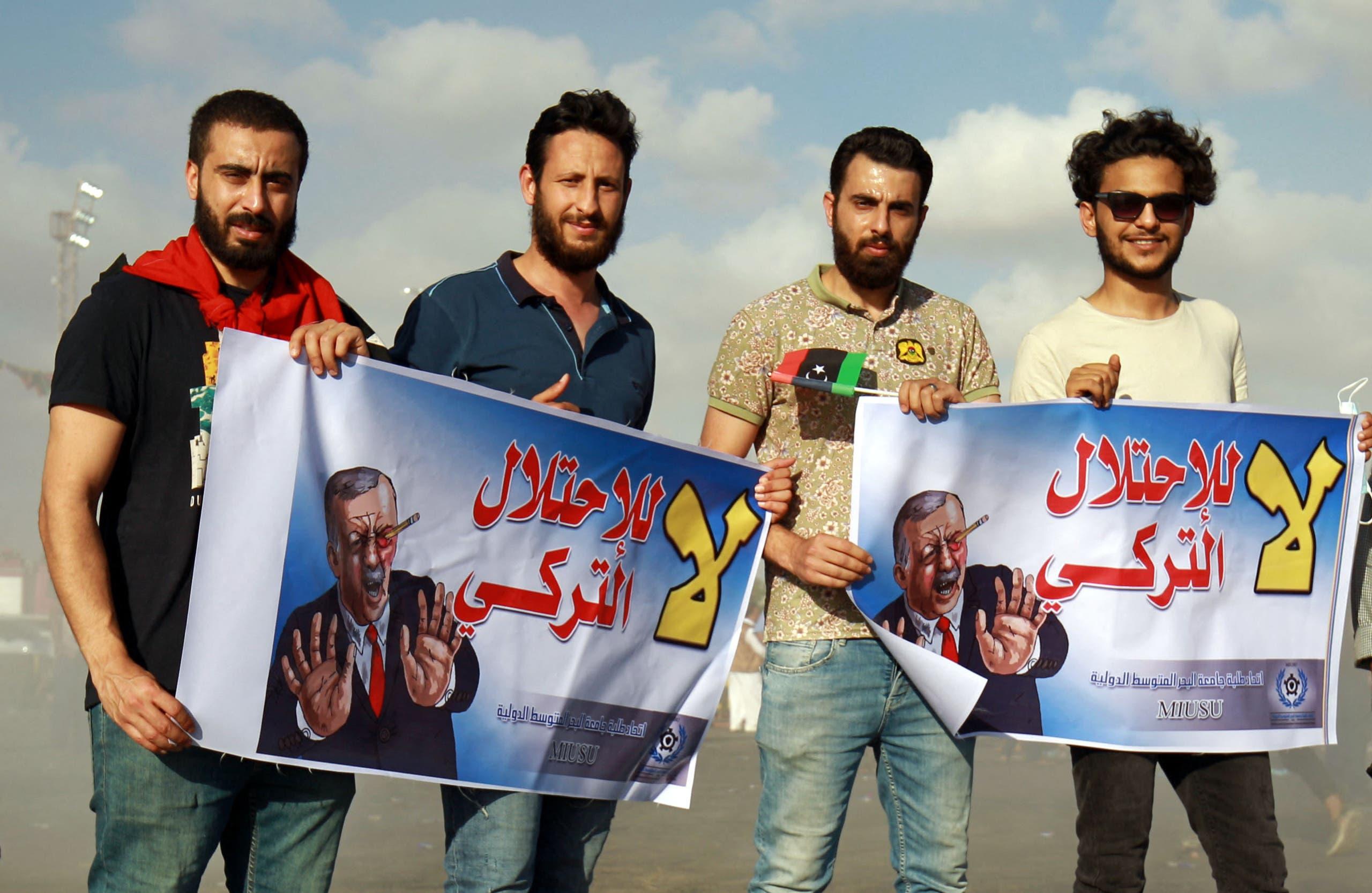 شبان في ينغازي يرفعون لافتات ضد التدخل التركي في يلادهم (أرشيفية)