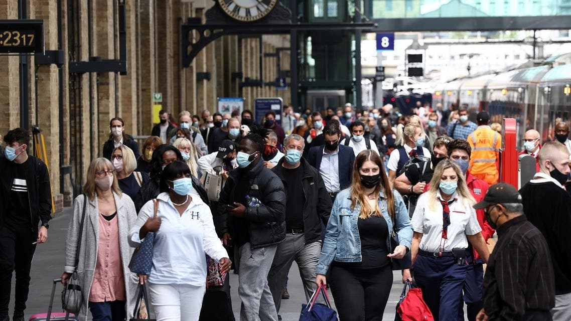 People wearing protective face masks walk along a platform at King's Cross Station, amid the coronavirus disease (COVID-19) outbreak in London, Britain, July 12, 2021. (Reuters/Henry Nicholls)