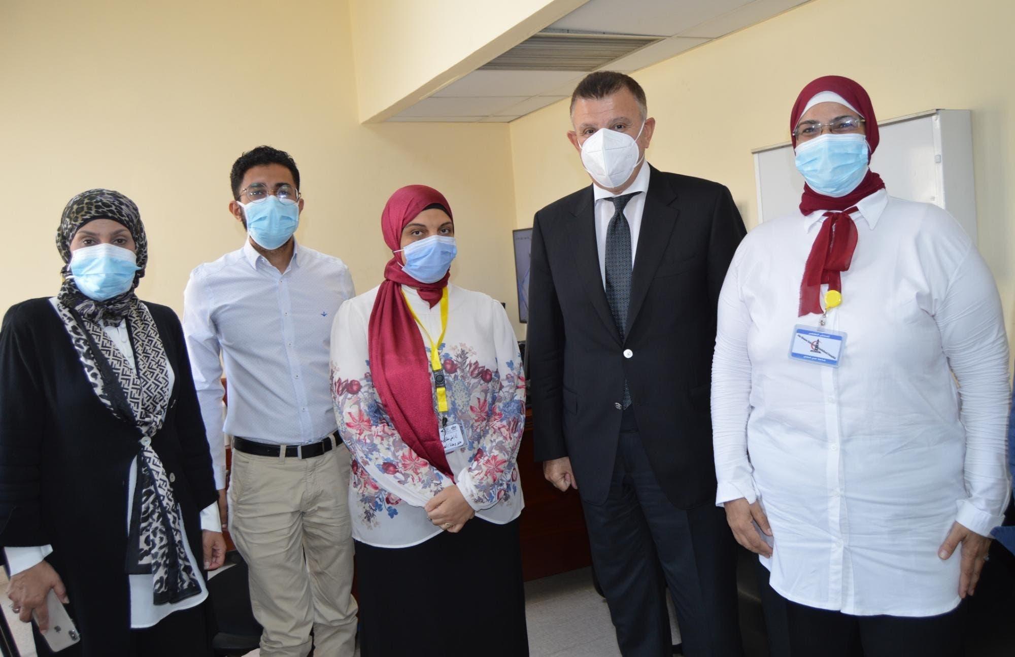 الفريق الطبي في مستشفى عين شمس الذي عالج الطفل آسر
