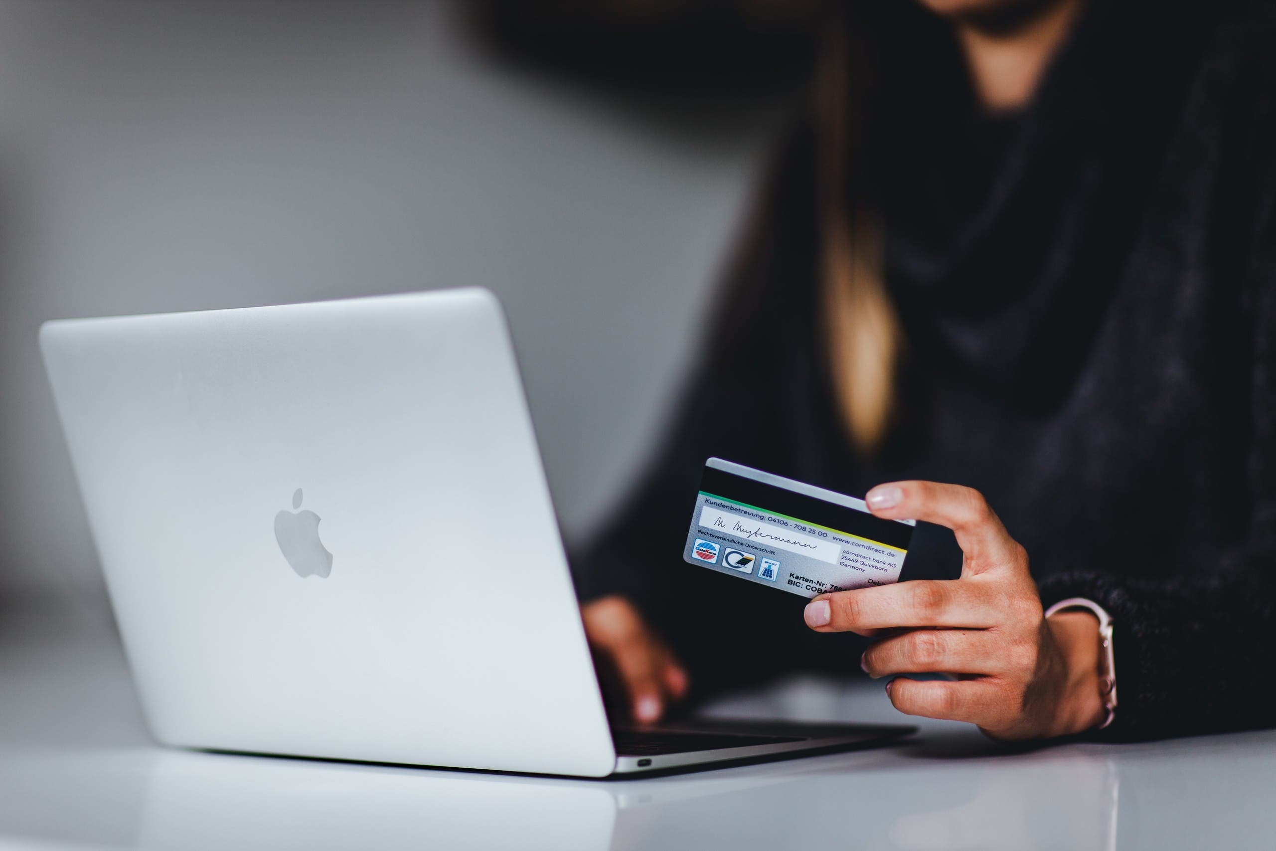 A woman enters her bank details while shopping online. (Unsplash, Pickawood)