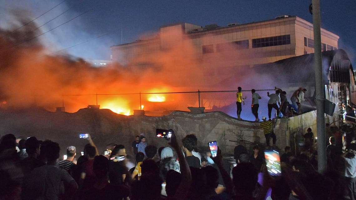 People gather as a massive fire engulfs the coronavirus isolation ward of Al-Hussein hospital in the southern Iraqi city of Nasiriyah, late on July 12, 2021. (File photo: AFP)