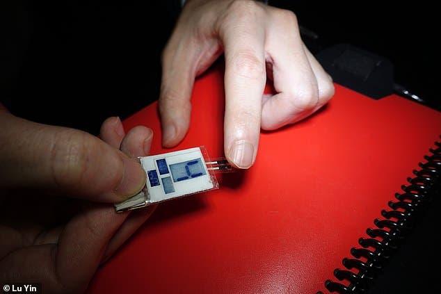 شاحن هاتف يحول عرق يديك إلى طاقة!