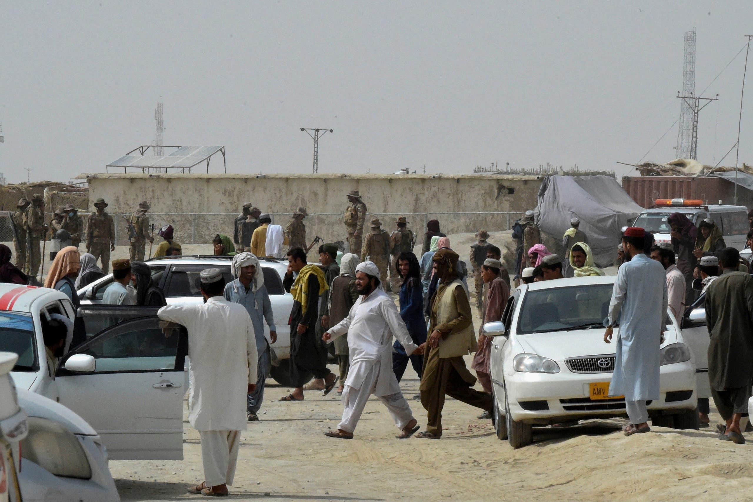 تجمّع لمسافرين عالقين في باكستان بعد سيطرة طالبان على المعبر