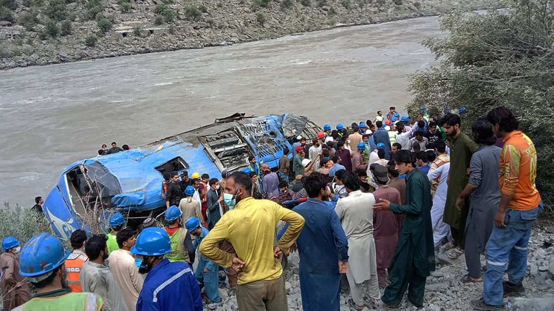 Rescue workers and onlookers gather around a wreck after a bus plunged into a ravine following a bomb explosion, which killed 12 people including 9 Chinese workers, in Kohistan district of Khyber Pakhtunkhwa province on July 14, 2021. (File photo: AFP)